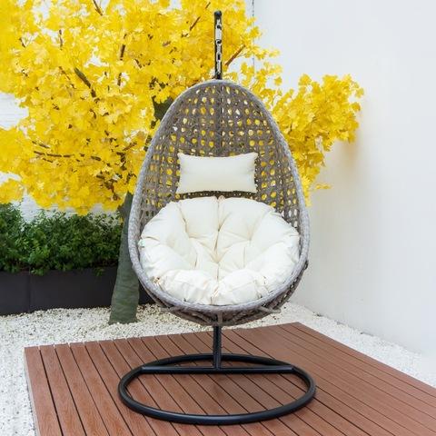 כיסא נדנדה חיצוני מודרני עם פטיו